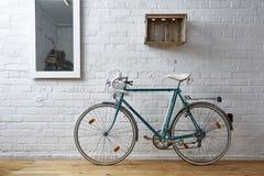 葡萄酒自行车在白色砖演播室 免版税图库摄影