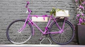 葡萄酒自行车对老砖墙 库存图片