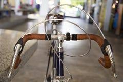 葡萄酒自行车把手休息的细节 图库摄影