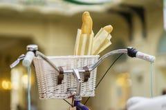 葡萄酒自行车特写镜头和篮子用新鲜的法国面包 免版税库存图片