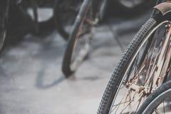 葡萄酒自行车轮胎的细节 免版税库存图片