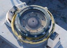 葡萄酒船舶指南针在老游艇驾驶舱内  免版税图库摄影