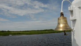葡萄酒船黄铜响铃和河风景 影视素材