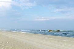 葡萄酒色的小船 背景海滩 免版税图库摄影