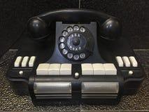 葡萄酒苏联拨号盘排字了有按钮和斯拉夫语字母的信件的电话 库存图片