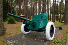 葡萄酒苏联时代大炮在公园 库存照片
