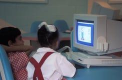葡萄酒苹果电脑在教室 免版税库存图片