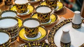 葡萄酒茶壶和杯集合 库存照片