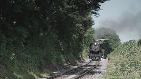 葡萄酒蒸汽引擎和古色古香的客车 股票视频