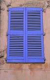 葡萄酒蓝色与快门的关闭窗口,普罗旺斯 免版税库存图片