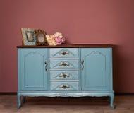 葡萄酒蓝色木梳妆台、嫩花束和两个框架 免版税库存照片