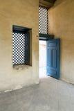 葡萄酒蓝色木窗口和门与yellowplaster墙壁 库存图片