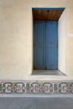 葡萄酒蓝色木被隐藏的窗口和葡萄酒涂灰泥墙壁 免版税库存照片