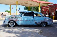 葡萄酒蓝色汽车,路线66,塞利格曼,亚利桑那,美国 免版税库存照片