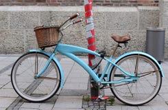 葡萄酒蓝色自行车在路停放在慕尼黑市 免版税图库摄影