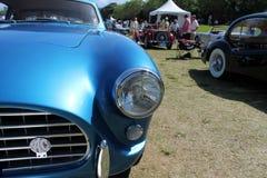 葡萄酒蓝色sportscar前面细节 库存图片