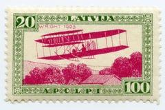 葡萄酒薄荷的拉脱维亚航寄邮票1932年莱特兄弟双翼飞机 库存照片