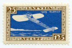 葡萄酒薄荷的拉脱维亚航寄邮票1932年Bleriot单翼飞机 库存照片