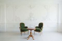 葡萄酒虚荣与凳子的桌集合画象在墙壁设计浅浮雕灰泥造型roccoco元素 库存图片