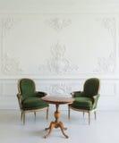 葡萄酒虚荣与凳子的桌集合画象在墙壁设计浅浮雕灰泥造型roccoco元素 免版税图库摄影