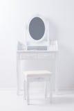 葡萄酒虚荣桌镜子画象设置了与凳子和acces 库存照片