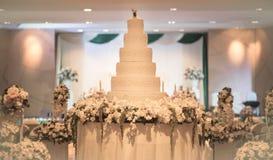 葡萄酒蛋糕为婚礼装饰 免版税库存照片