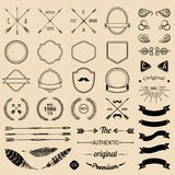 葡萄酒行家与箭头,丝带,羽毛,月桂树,徽章的商标元素 象征模板建设者 Iicon创作者 库存例证