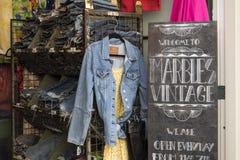 葡萄酒衣物在一家商店在阿姆斯特丹 库存照片