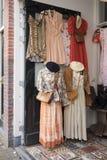 葡萄酒衣物在一家商店在阿姆斯特丹 免版税库存图片