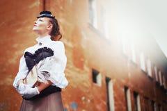 葡萄酒衣裳的美丽的redhair妇女 免版税库存照片