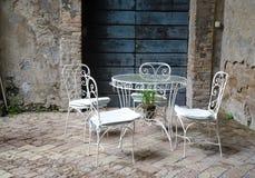 葡萄酒表和椅子 免版税库存图片