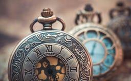 葡萄酒被刻记的金属手表垂饰 免版税库存照片
