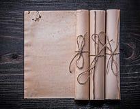 葡萄酒被捆绑的纸在木板滚动 免版税库存图片