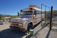葡萄酒被放弃的公共汽车在Terlingua得克萨斯 免版税库存图片