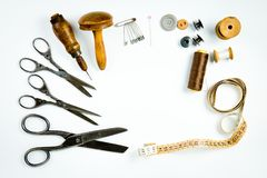 葡萄酒裁缝的工具箱,为手工制造剪裁的老仪器 免版税库存图片