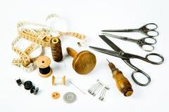 葡萄酒裁缝的工具箱-为手工制造剪裁的老仪器 免版税库存照片