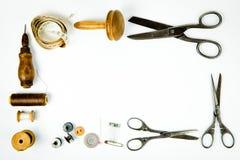 葡萄酒裁缝的工具箱-为手工制造剪裁的老仪器 免版税库存图片