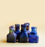 葡萄酒装瓶特写镜头 在黄色背景,浅景深的五颜六色的肮脏的蓝色玻璃 复制空间 图库摄影