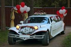 葡萄酒装饰的婚礼汽车 免版税库存照片