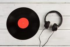 葡萄酒记录LP和耳机 免版税库存图片