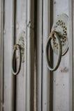 葡萄酒设计了旅馆入口 老木门门把手 图库摄影