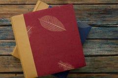葡萄酒象册或书在土气木背景 库存图片