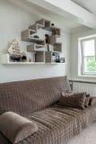 葡萄酒豪宅-棕色长沙发 图库摄影