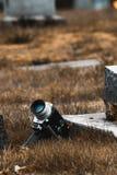葡萄酒超级8照相机在公墓 免版税库存照片