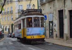 葡萄酒路面电车-通过Alfama区调整赛跑里斯本葡萄牙的老街道 免版税库存图片