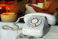 葡萄酒转台式输送路线电话或导线电话联络的我们概念焦点在拨号盘垫 图库摄影