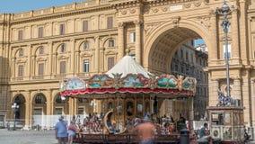葡萄酒转盘timelapse和游人广场della的Repubblica在佛罗伦萨,意大利 股票视频