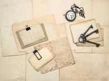 葡萄酒辅助部件、老明信片和纸 免版税库存照片