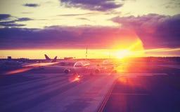 葡萄酒过滤了机场的图片在日落,旅行概念 免版税图库摄影