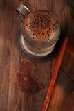 葡萄酒过滤器用被磨碎的巧克力 免版税库存图片